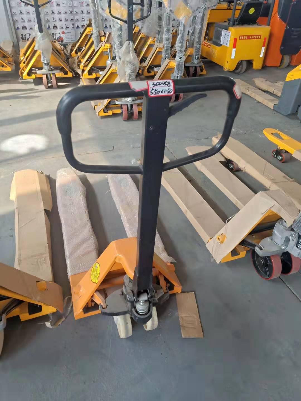 莱山手动托盘搬运车5t/液压小型地牛尼龙轮685*1220:烟台华晟叉车